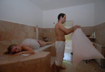 קירצוף בועות סבון בטיפול חמאם בספא בית אורן